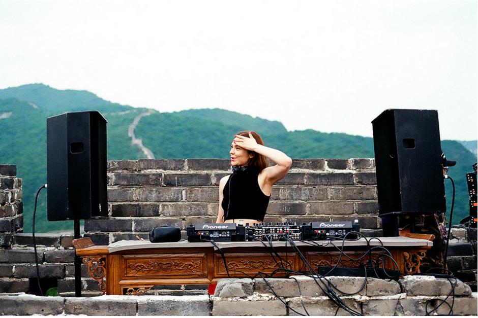 Nina Kraviz Publicó Video De Su Experiencia En La Gran Muralla China