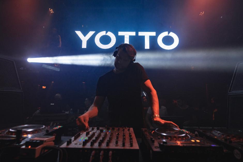 Una Noche Electrizante Con Yotto En The Bow